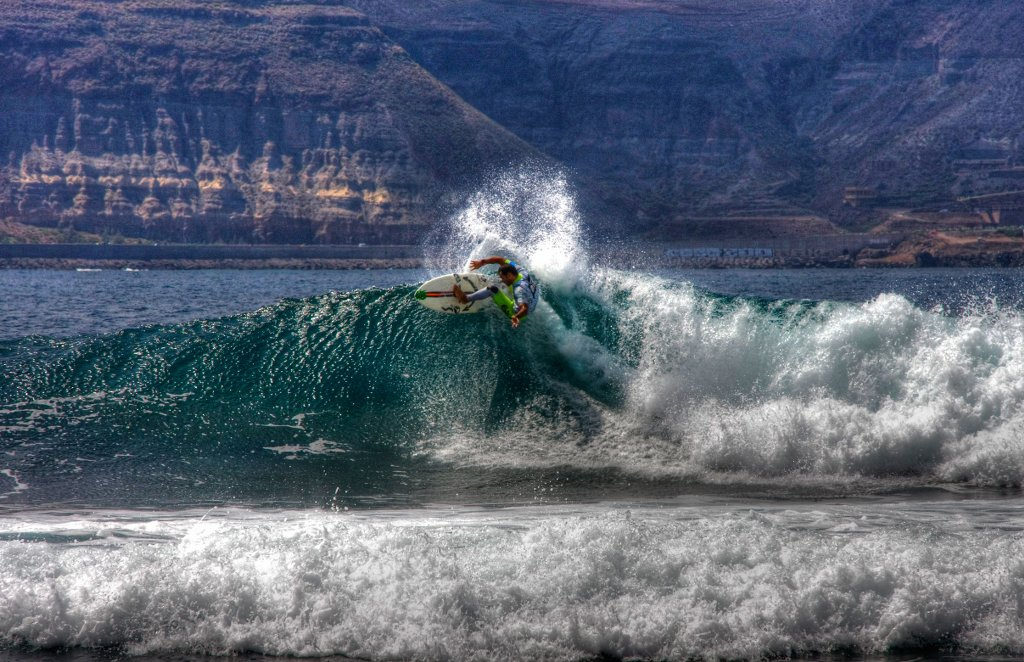 Cutting it at El Confital one of the best beaches in Gran Canaria for surf. Flickr Image by azuaje